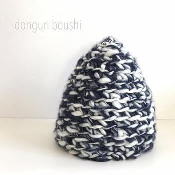 ゆび編みならではのざっくりした編地とぽこっとした形が可愛いですね。
