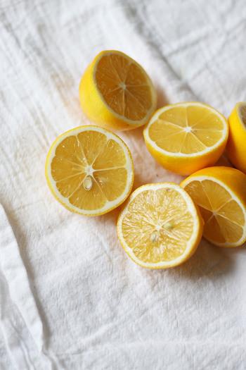 """今回は、女性に嬉しいことがいっぱい!ビタミンCがたっぷりの""""レモン""""を使ったお菓子やお料理などのレシピを色々ご紹介します。他にも、作っておくと重宝する""""塩レモン""""や""""塩レモンペースト""""など、ストックレシピの作り方も合わせてご紹介していきますよ。 レモンレシピを上手にとり入れて、夏を元気にエンジョイしてくださいね♪"""