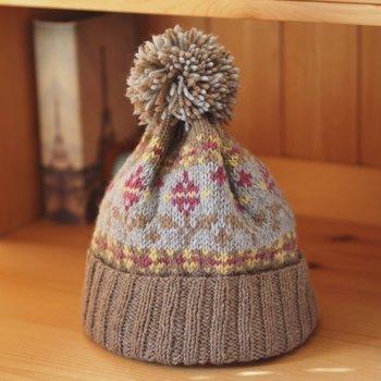 棒針で綺麗な模様を編みこんだニット帽。ポンポンを乗せればさらに可愛らしくなります。