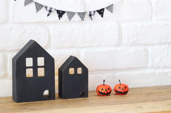 秋と言えばハロウィン。こちらは100均のミニハウスを黒に塗装したもの。イベント毎に手作りするのも楽しいですね♪