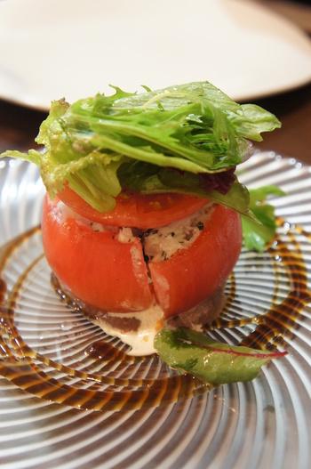 基本、夜も昼もコース料理ですが、ランチタイムにはお手ごろ価格でコースを楽しめるとあって、昼からゆったりとコース料理を堪能する人々で賑わっています。