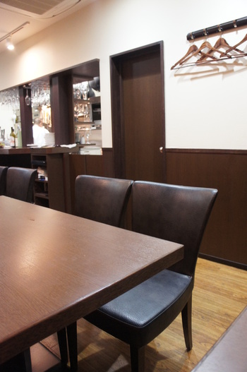 シンプルで落ち着きのある店内。カウンター席もあるので、一人でも気兼ねせず、フレンチを楽しむことができます。