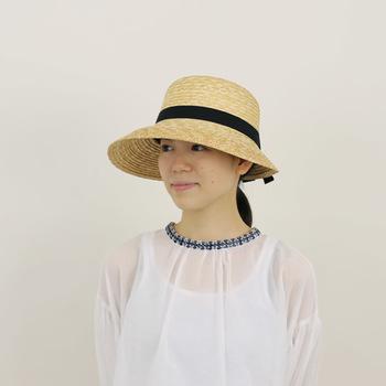 今夏は「帽子+○○」の組み合わせをコーデに気軽に取り入れてみてくださいね。特に麦わらのようなナチュラルな素材の帽子は、涼し気で夏気分を盛り上げてくれます♪ブラウスに、Tシャツに、色々合わせて日々のコーデを楽しんでみてくださいね!