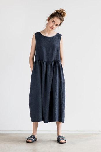羽織ったり重ねたり、着こなしの幅が広いワンピース。暑い夏は一枚でさらっと涼しげに着こなしたいですね。