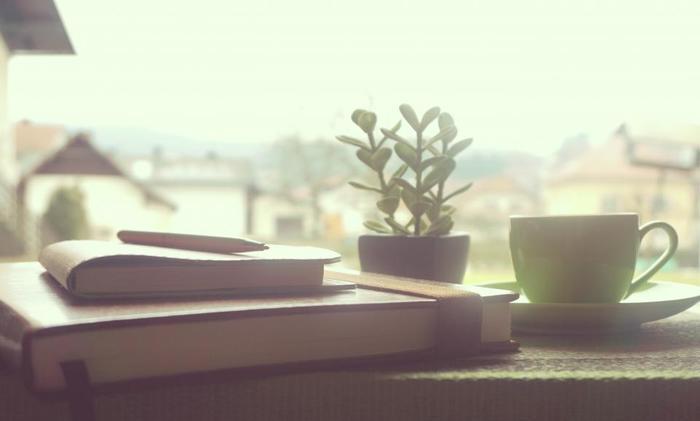 ゆったり過ごせる自分の時間ができたら何をしよう。考えるだけもワクワクしてきませんか? 前から読みたかった本にじっくり向き合うのもいいですね。傍らにはお茶を用意したりして。
