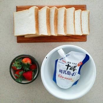 材料は食パン、生クリーム、砂糖、お好みのフルーツ。食パンは6~7枚切りのもの、生クリームは動物性のものを選ぶのがおすすめです!
