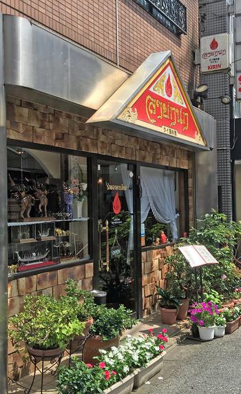 北千住駅西口から、徒歩3分ほどの距離にある、季節の花に囲まれ、明るく親しみやすい雰囲気のタイ料理店「ライカノ 」。