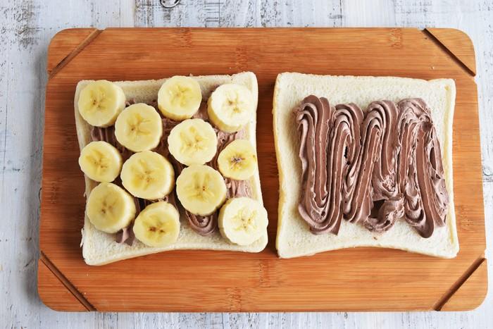 バナナの場合も同じく、対角線上に並べます。輪切りにスライスしたものの他に、少し大きめにカットしたものを横向きで並べても、また違った切り口が楽しめそうですね。