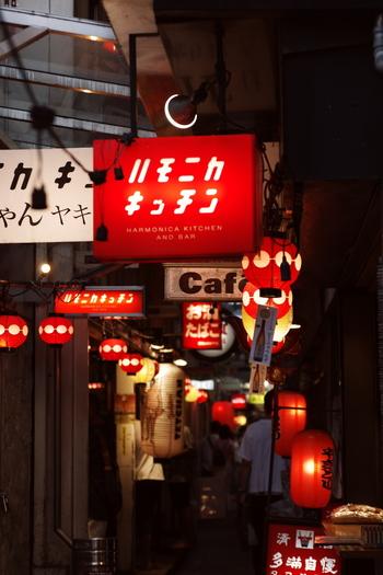 レトロ感いっぱいの雰囲気で、和気あいあいと楽しい時間を過ごすことができる、横丁。お気に入りのお店を見つけて、ふらりと立ち寄ってみませんか?