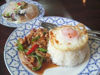 暑くなると特に食べたくなる辛い料理。こちらではランチタイムに気軽に食べられるカレーなどの他、タイ料理のコースもあるので、辛いもの好きの仲間を集めてタイ料理で飲み会も盛り上がりそう。