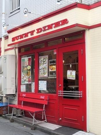 真っ赤な外観が遠くからでも人目を引くこちらは、北千住駅 西口から徒歩5分ほどの距離にあるハンバーガーショップ「サニーダイナー 本店」。