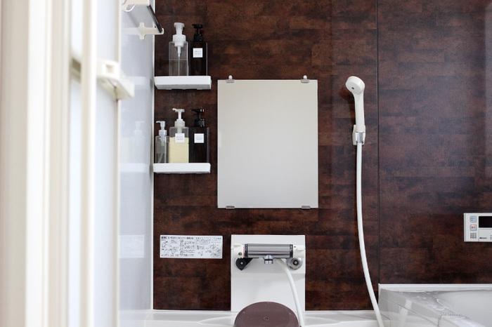 また、お風呂掃除はお風呂に入ったときについでに済ませてしまうのがコツ。湯船を洗うときは、お湯を抜きながら手で水垢をこすって完了。熱いシャワーを壁の上からかけて汚れを浮かせてから洗剤は使わずに軽くスポンジやブラシで上から順に洗っていきます。最後に排水口をお掃除して完了。