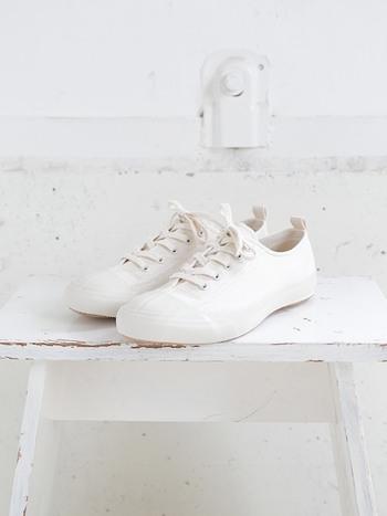 夏の日差しに映える白。清潔感があって爽やかな白い靴は、夏の装いにぴったりです。今回は、さまざまな『白シューズ』で楽しむ素敵な夏のコーディネートをご紹介します。