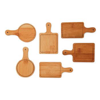 ナチュラルな木の質感や色合いが、食材をおいしく見せたりテーブルに温かみをプラス。木のトレイは食卓にも馴染みやすいアイテムです。小さなおつまみを乗せたり、コースターとしても使えそう。