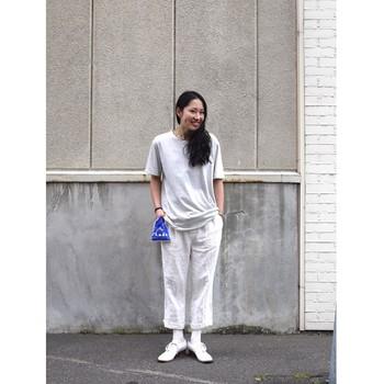 ゆるっとしたTシャツとパンツのカジュアルコーデに、あえてトラッドなドレスシューズを合わせてきちんと感をプラスしています。白ソックスを合わせたちょっぴり遊び心のあるスタイリング。