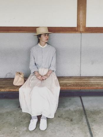 クラシカルな夏スタイルに白のダンスシューズを合わせて。グレーの靴下で、足元に柔らかいトーンを作っています。