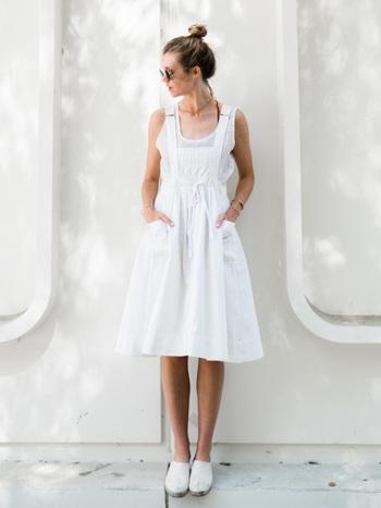 タンクトップにジャンパースカートを合わせた夏らしい爽やかなホワイトコーディネート。レースアップタイプのエスパドリーユも合いそうですね。