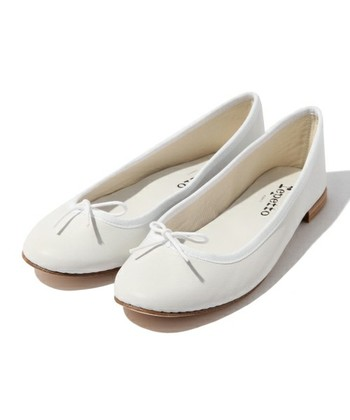 乙女心をくすぐる白のバレエシューズ。シンプルなデザインはどんなボトムスとも合い、可憐な足元を作ります。