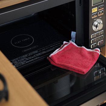 コンロや電子レンジなどは、使った後温かいうちにキッチンクロスやペーパーで水拭きしましょう。油分のこびりつきを防ぐことができますよ。