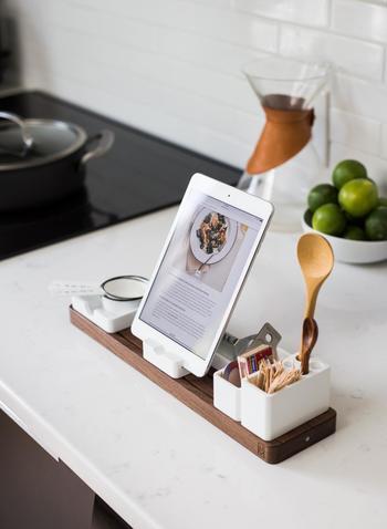 """お料理中に使った菜箸やヘラなどのキッチンツールは、溜めこまずにその都度洗いましょう。お料理が完成するまでの待ち時間に片付けも同時並行してすすめていくことで、お料理が出来上がったときにはキッチンが元通りに。ちょっとカッコよく""""お料理のプロ""""になったみたい!"""