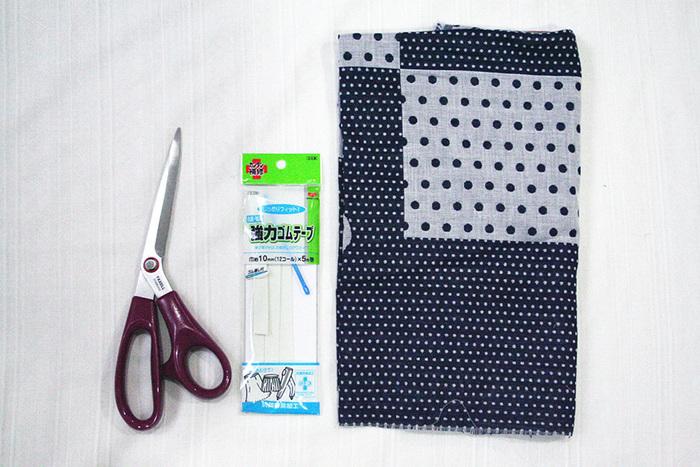 夏向けの生地、ゴム、ハサミ。3つのアイテムを用意して、型紙を作ってカットします。紐とポケット部分を塗ってから、肩を塗っていきます。