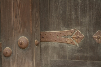 隋心院門跡・・・経年による錆がしっくりと馴染んだ門扉。釘隠しと八双金具との取り合わせが渋いですね。