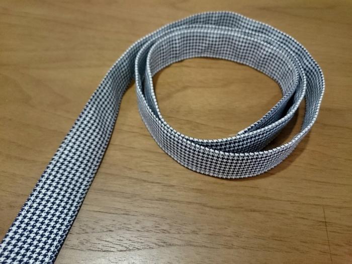 ショルダー部分は四つ折りにして縫う事で、しっかりと丈夫に仕上がります。本体は、巾着の容量で作れるので意外にも簡単♪