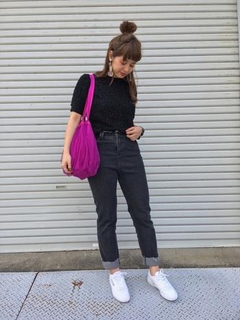 ブラックTシャツと濃い色デニムを合わせたダークトーンのコーディネート。足元はロールアップしてくるぶしを見せ、白のスニーカーで爽やかに。ビビッドカラーのバッグも白スニーカーときれいに調和していますね。