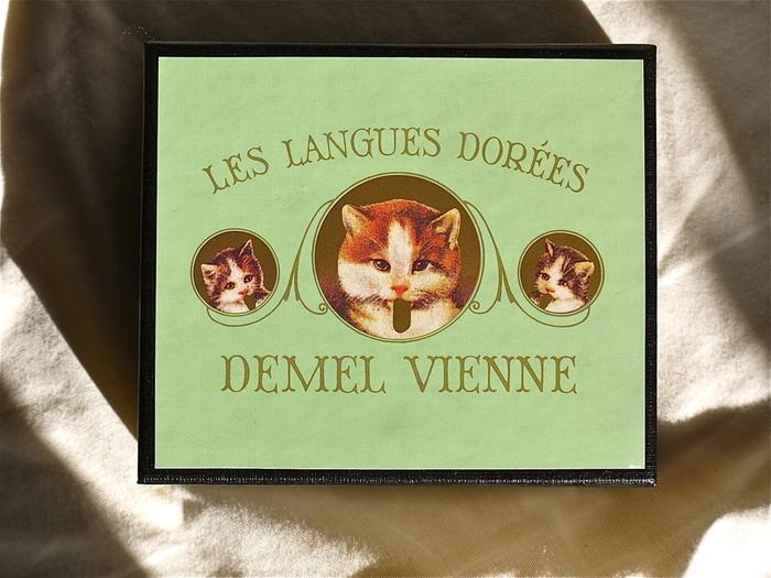 お味もさることながら、注目したいのはこのパッケージ!猫ちゃんもキュートだし、クラシカルでエレガントな雰囲気も素敵。捨てずに置いておきたくなるかわいさですね。