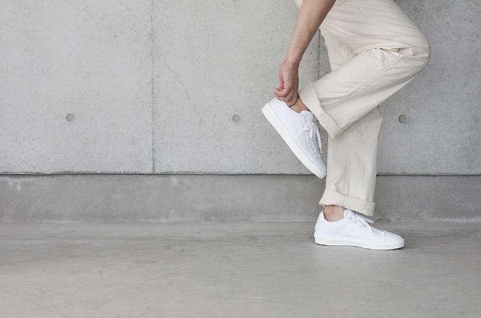 夏の定番の白のスニーカーは、カジュアルなパンツスタイルからフェミニンコーデの外し役まで、どんなコーディネートにも活躍してくれます。