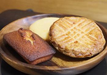 看板メニューのガトー・バスクは、バターが香り高い生地とブラックチェリーのコンフィチュールとの相性が抜群で特に人気。この他にも、フィナンシェやフロランタンなどおいしい焼き菓子がたくさん。