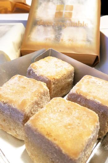 口に入れるとホロっと崩れる「ドゥ・アンサンブル」。神戸・岡本の「シンフォニー・ナガノ」のクッキーです。断面が2層になっていて、見た目も楽しいですね。  「ドゥ・アンサンブル」とは「2つの調和」という意味で、バニラ和三盆・塩きなこ・いちごメープルの3種のフレーバーがあります。
