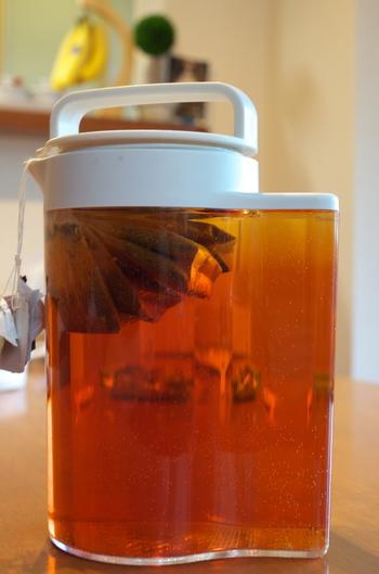 紅茶はお好みの物を使います。水出しでも良いし、時間が無い時はお湯で煮出してからたっぷりの氷でキュッと冷やします。