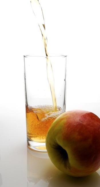 氷を満たしたグラスに半分程紅茶を注ぎます。  大さじ2~3杯ほどピーチシロップを注ぎます。