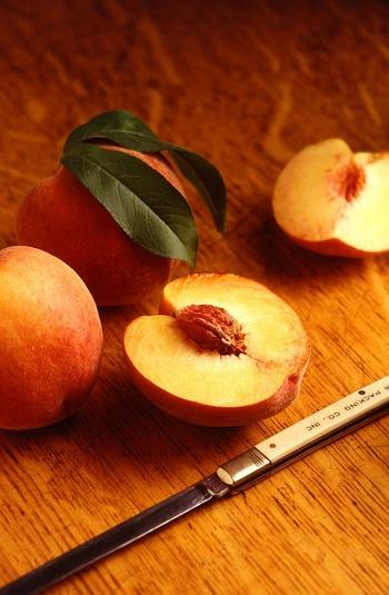 砂糖と桃で桃シロップを作ります。 フレッシュな桃が手に入らない時期は、フローズン桃を使っても。  材料 水 1カップ 砂糖 1カップ 桃 2ケ  皮をむき、カットした桃を鍋に入れ、水、砂糖を入れ弱火で5分煮たら、ざるで漉しシロップを作ります。  桃は、アイスクリームのトッピングやパンケーキ、ヨーグルトに乗せても美味しそう!