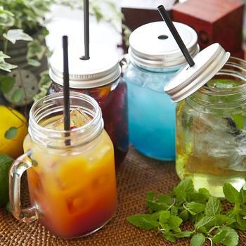 メイソンジャーに、新鮮なフルーツとミント、紅茶を満たして。氷でキリリと冷やせば、パーティーにもぴったり。