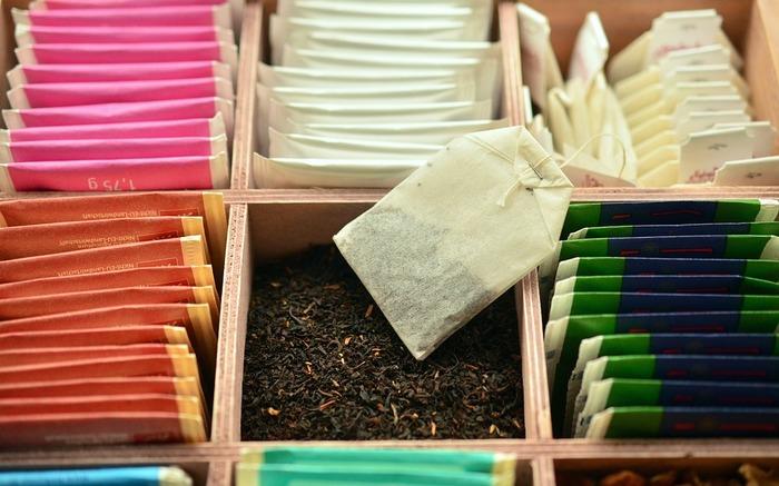 """作る時は、ぜひ""""冷たい水""""で抽出して。  時間はかかるけど、手間はかからない水出しアイスティーは、カフェインが少なく、えぐみが出ずらいのでマイルドで香り豊かな味わいです。  クリアな透明感も水出し紅茶の特徴です。ティーバックを使えば、さらに手軽につくれますよ。"""