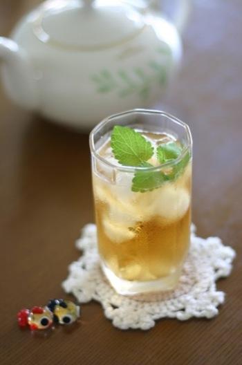 濃いめに蒸らした紅茶は、たくさんの氷で一気に冷やすのがにごりのないアイスティーのコツ! ソーダで割って、爽やかなティースカッシュのできあがり。フレッシュミントが見た目もキレイです。
