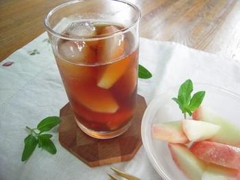 桃の旬にぜひ試したい、フレッシュな桃とアイスティーを混ぜた贅沢なレシピです。モモをつぶしながらいただきましょう。