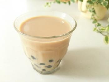 太いストローでいただく、もちもちのタピオカアイスミルクティーも良いですね。練乳を入れるとよりアジアっぽくなります。