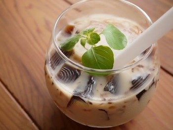 コーヒーゼリーをアイスティーに入れて、珈琲と紅茶が一緒に楽しめるオトクなレシピ♪ 太めのストローでいただきましょう。