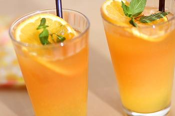 しぼりたてのオレンジジュースと紅茶をまぜたアイスティー。爽やかな美味しさはどんなデザートとも相性◎