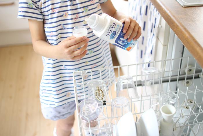 みしぇるさん宅では、食洗機用の洗剤に液体(ジェル)タイプを選んでいるそう。  「溶け残りもなく、きれいに洗浄できているなと実感しています。やっぱり食器がピカピカになると気分が良いし、うれしいですね。」  また、3人のお子さんがお手伝いをしてくれるシーンも多いそうで「直接洗剤に触れずに洗い物ができるので、安心して任せられる」という点もポイントのひとつのようです。