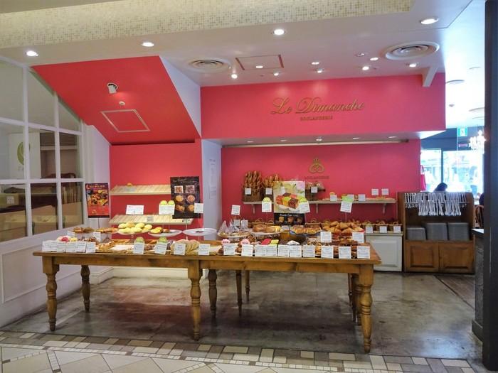 神戸のトアロード沿いにある人気のブーランジェリーの北千住店で、コンセプトである「ブティックのような店内」の通りに店内はホワイトとピンクとゴールドに、ウッドの色使いがオシャレでどこかあたたかみを感じさせ、ゆったり買い物を楽しめそう。