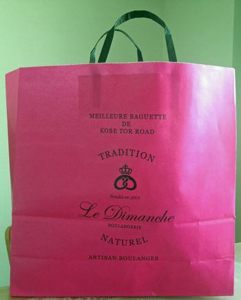 こちらも人気の可愛いピンクのショップバッグ。お土産として渡せば、中身も袋も喜ばれそう。