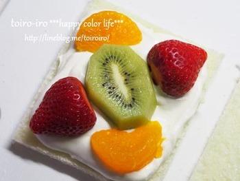 食パンのにクリームを塗り、このように対角線上にフルーツを置きます。何種類かのフルーツを使うことで、よりカラフルで見栄えの良いフルーツサンドになりますよ。
