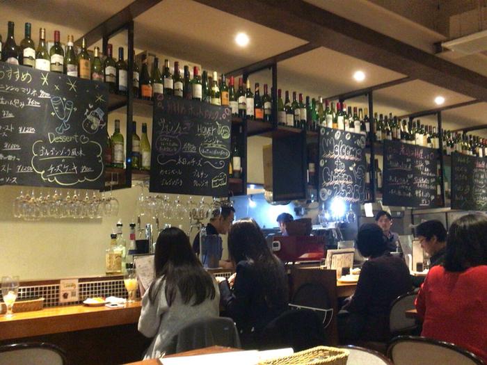 「ビストロ料理をつまみにして気軽にワインが呑める店」のコンセプト通りに、木の温もりが心地よい店内にはたくさんのワインが並んでいます。