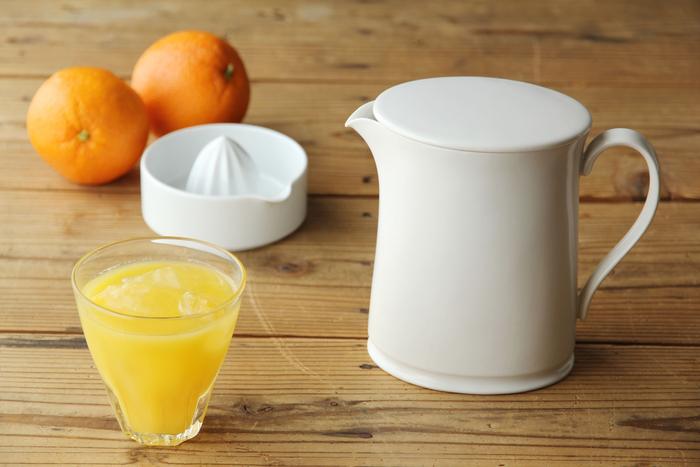 ピッチャー。ジュースはもちろん、ティーポットとして温かい紅茶でほっと一息つくのもよし、スープを入れたり花器としても素敵。キッチンにおいて置くだけで、清楚なたたずまいに心癒されます。