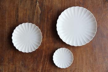 JICONの代表的な器ともいえる菊皿。普段使いの他、内祝いや結婚式の引き出物、お食い初めなどのお祝い事にもよさそうですね。