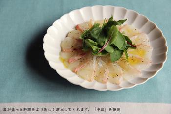 菊皿の大プレートは、サラダやお刺身によく映えます。白と、フレッシュな果物や野菜とのコントラストが目にも楽しく素敵ですね。